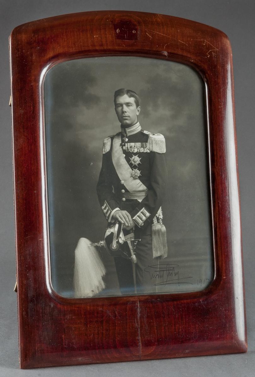 Fotoporträtt i ram, föreställande kronprins Gustaf Adolf.