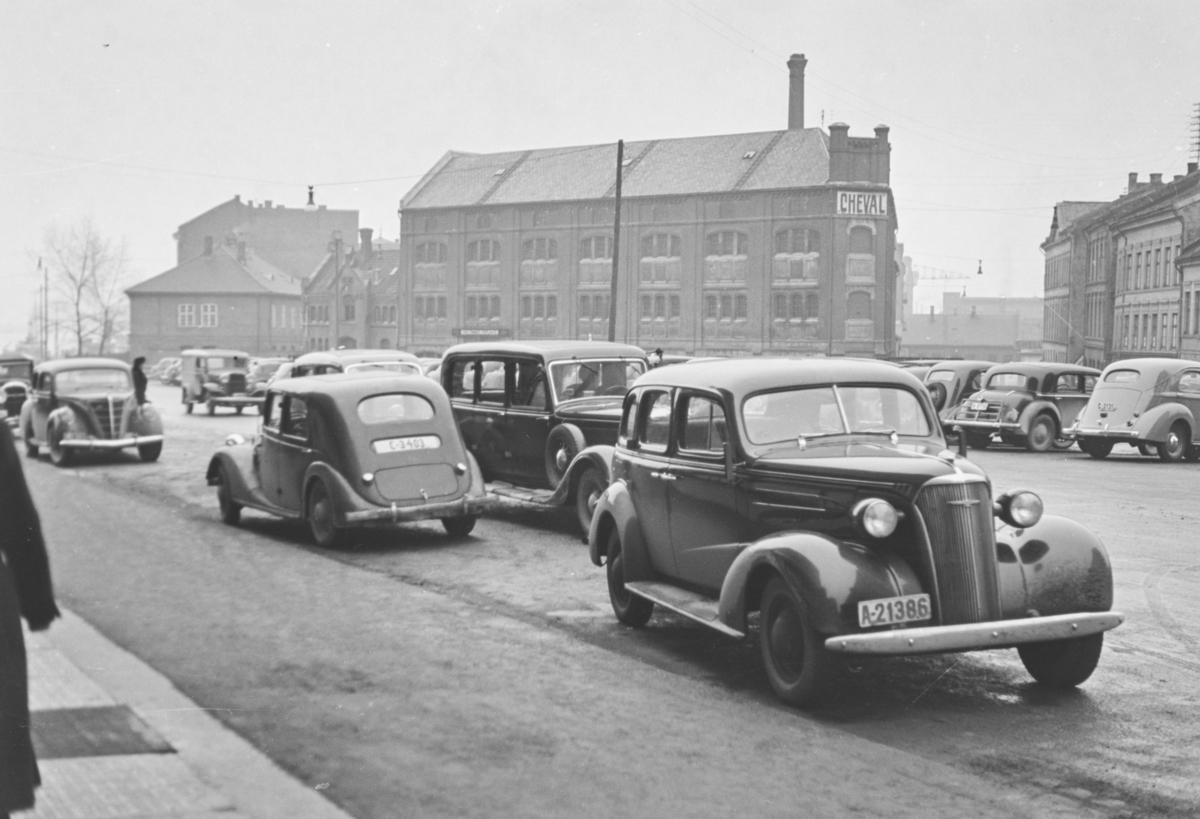 Biler og fotgjengere i Roald Amundsensgate i Oslo. I bakgrunnen Cheval, Oslos største dyrehospital.
