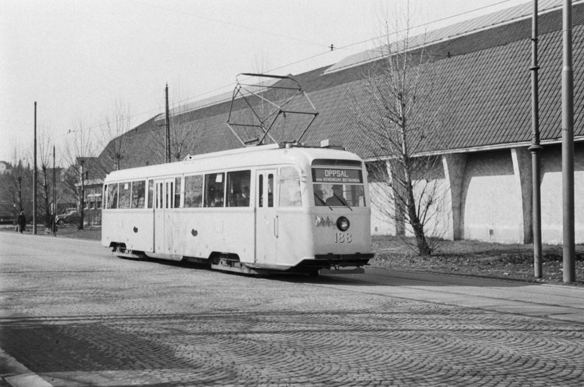 """Sporvogn type """"Gullfisk"""" nr. 188 i rute til Oppsal via Atheneum og Østbanen passerer Skøyen."""