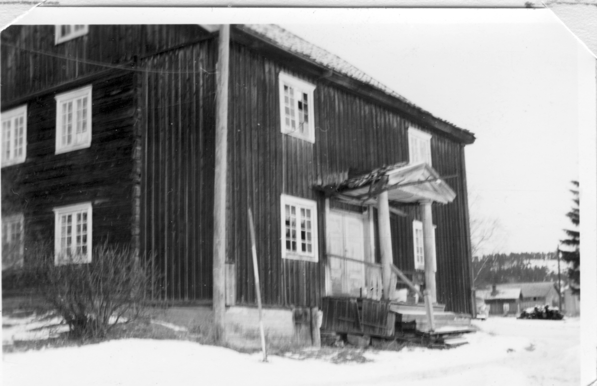 Laftet bygning med svalgang i to etasjer på ringmur av forblendet betongmur. Bygningen kommer fra Skjeppestad i Nord-Odal. Opprinnelig var huset ei en-etasjes stue med loft. Siden, trolig rundt 1820, ble bygningen utvidet i høgde og bredde og fikk svalgang foran. Denne var utsatt for vær og vind og ble kledd inn ca 1895. Da bygnignen ble flyttet til Odalstunet i 1957 ble den oppført slik den så ut før denne ombyggingen. I 2018 måtte veggen mot nord igjen kles inn med panel.