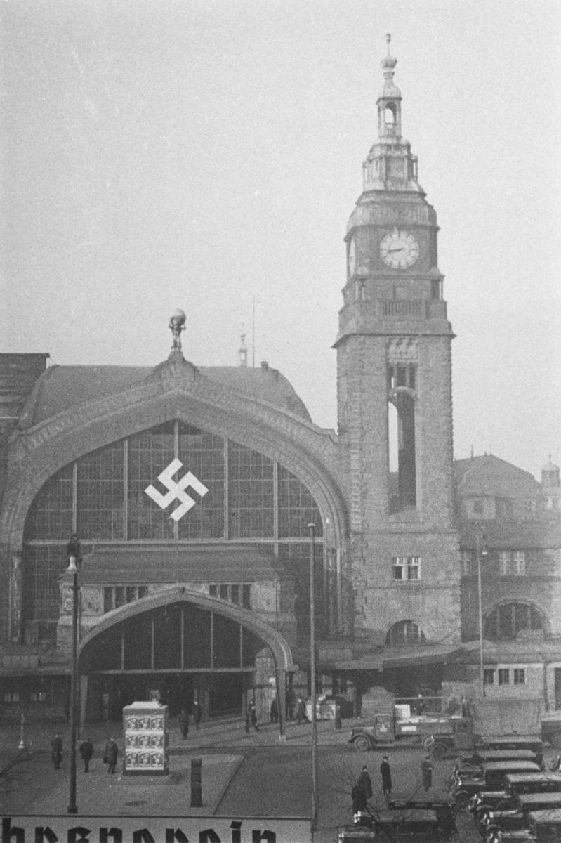Hamburg Hauptbahnhof i Tyskland dekorert med hakekors.