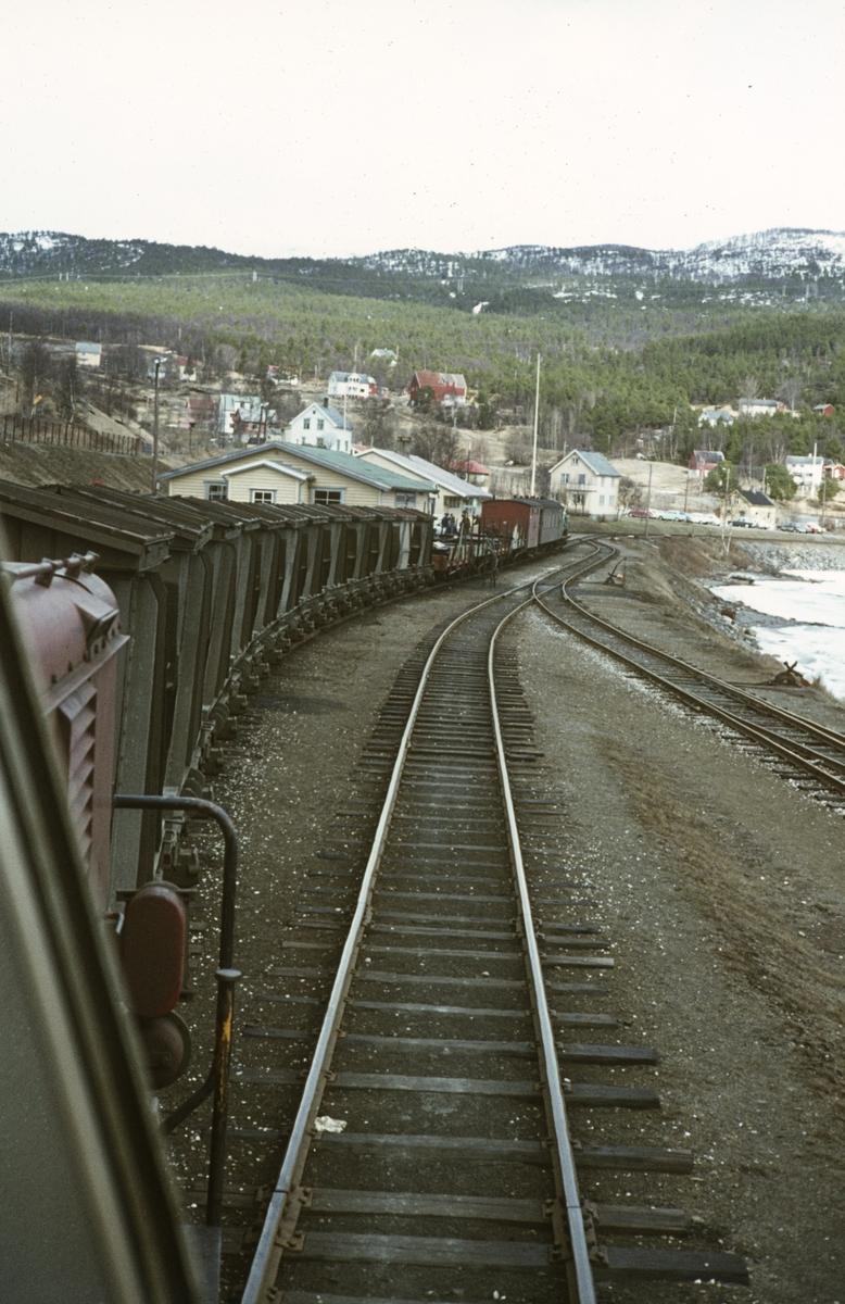 Utsikt fra lokomotivet på Sulitjelmabanen. Toget fra Lomi har ankommet Finneid stasjon.