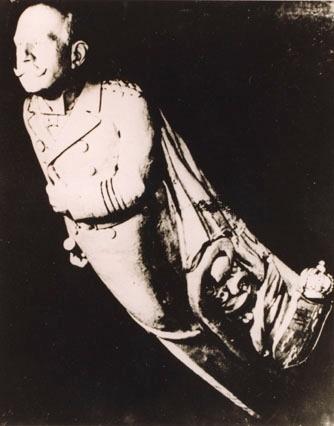 Utskåret mannsfigur i tre, gallionsfigur av hertug Friedrich August. Gallionsfiguren prydet barken GROSSHERZOG FRIEDRICH AUGUST, bygget 1914. Skipet ble senere omdøpt til STADSRAAD LEHMKUHL.