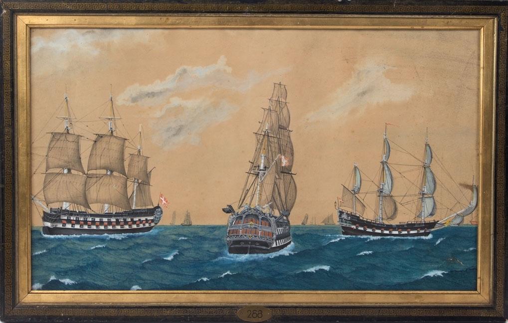 Tre defensjonsskip med kanoner, ett sett fra akter, og de to andre fra langsiden. Alle de tre skip har Dannebrog heist, flere andre skip i bakgrunnen.