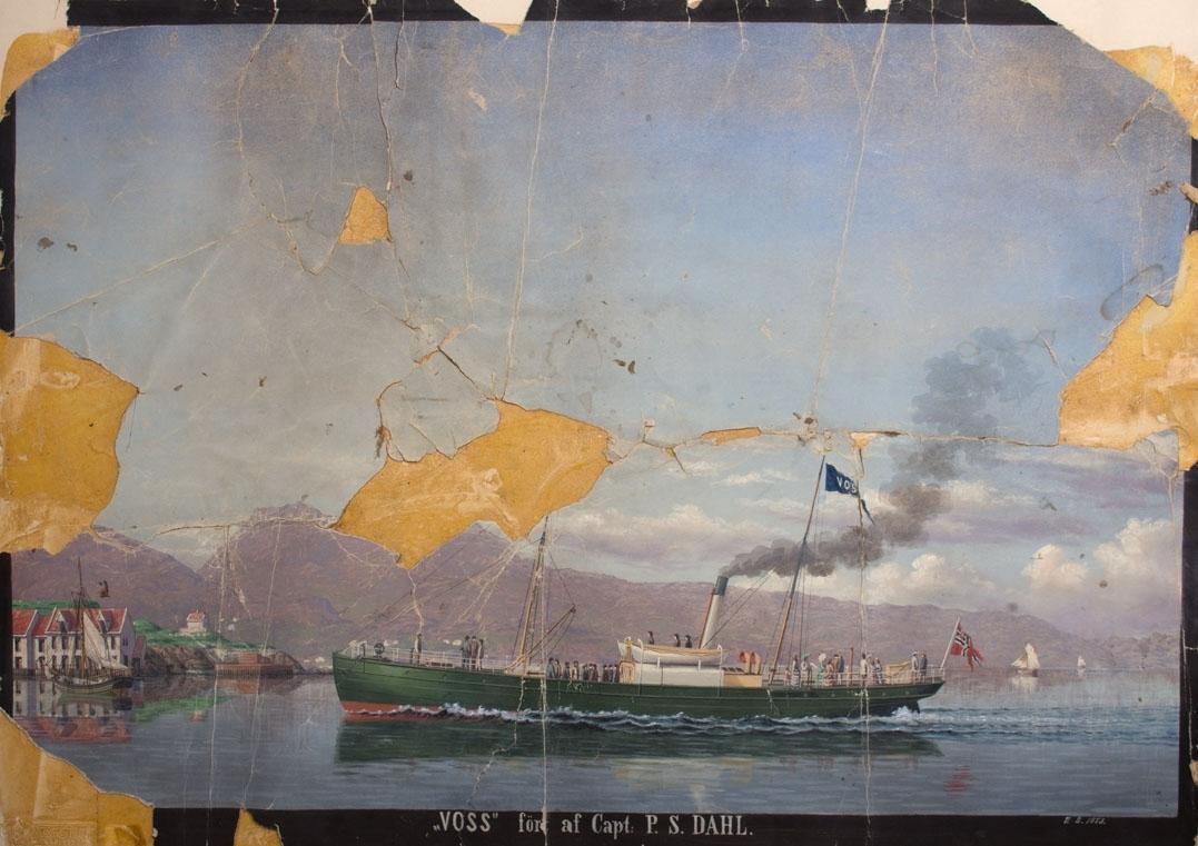 """Skipsportrett avDS VOSS under fart på vei inn til Bergen. Ser Nordnes med """"Katten"""" i bakgrunnen. Skipet fører unionsflagg og har passasjerer ombord. Ser ett seilfartøy til venstre i motivet."""