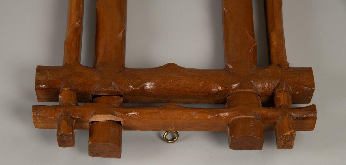 """Rektangulær ramme. Grenimitasjon, to rader """"grener"""" flettet i  hverandre. Bare ramme, ikke bilde. Lys brunbeiset."""