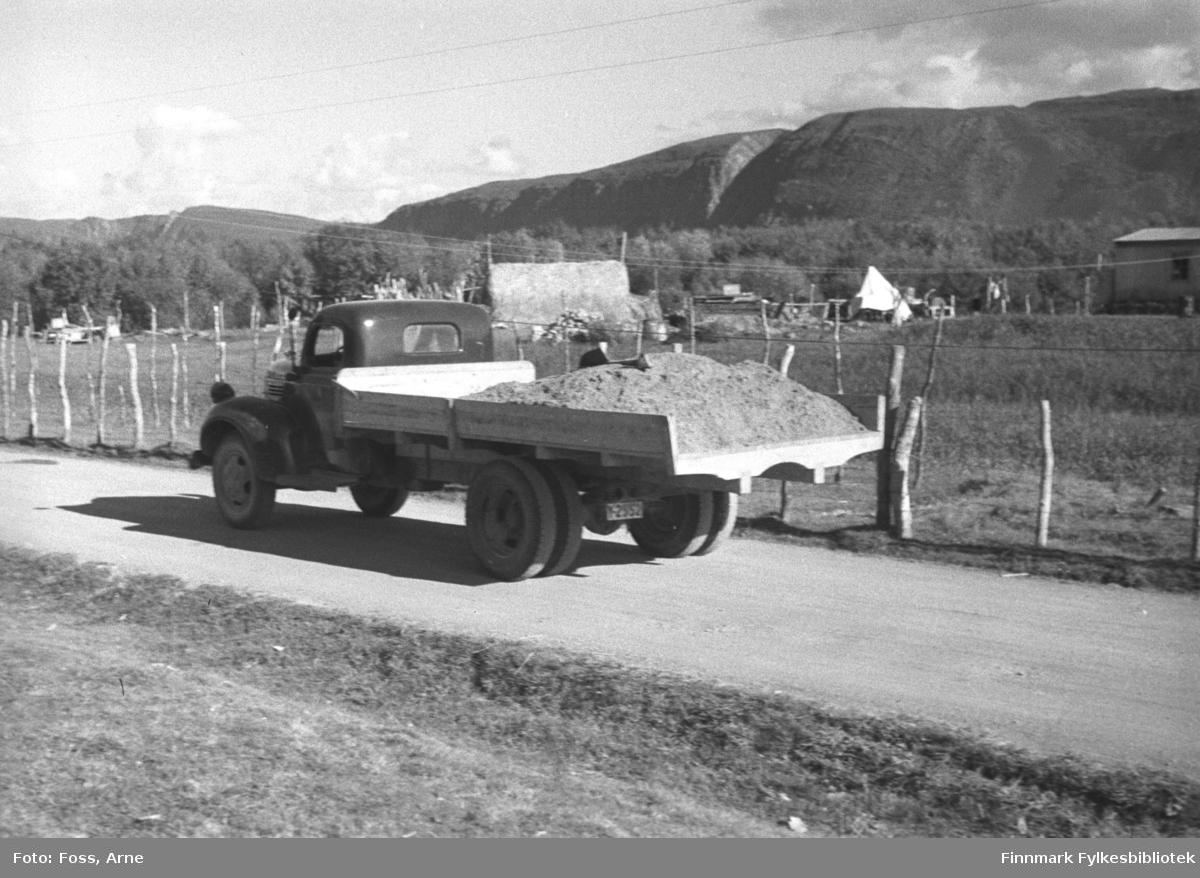 En lastebil kjører langs veien i et sted i Tana området i august-september 1946. Lastebilen har reg.nr. Y-2552 og er en Dodge eller Fargo 1946-47-modell.