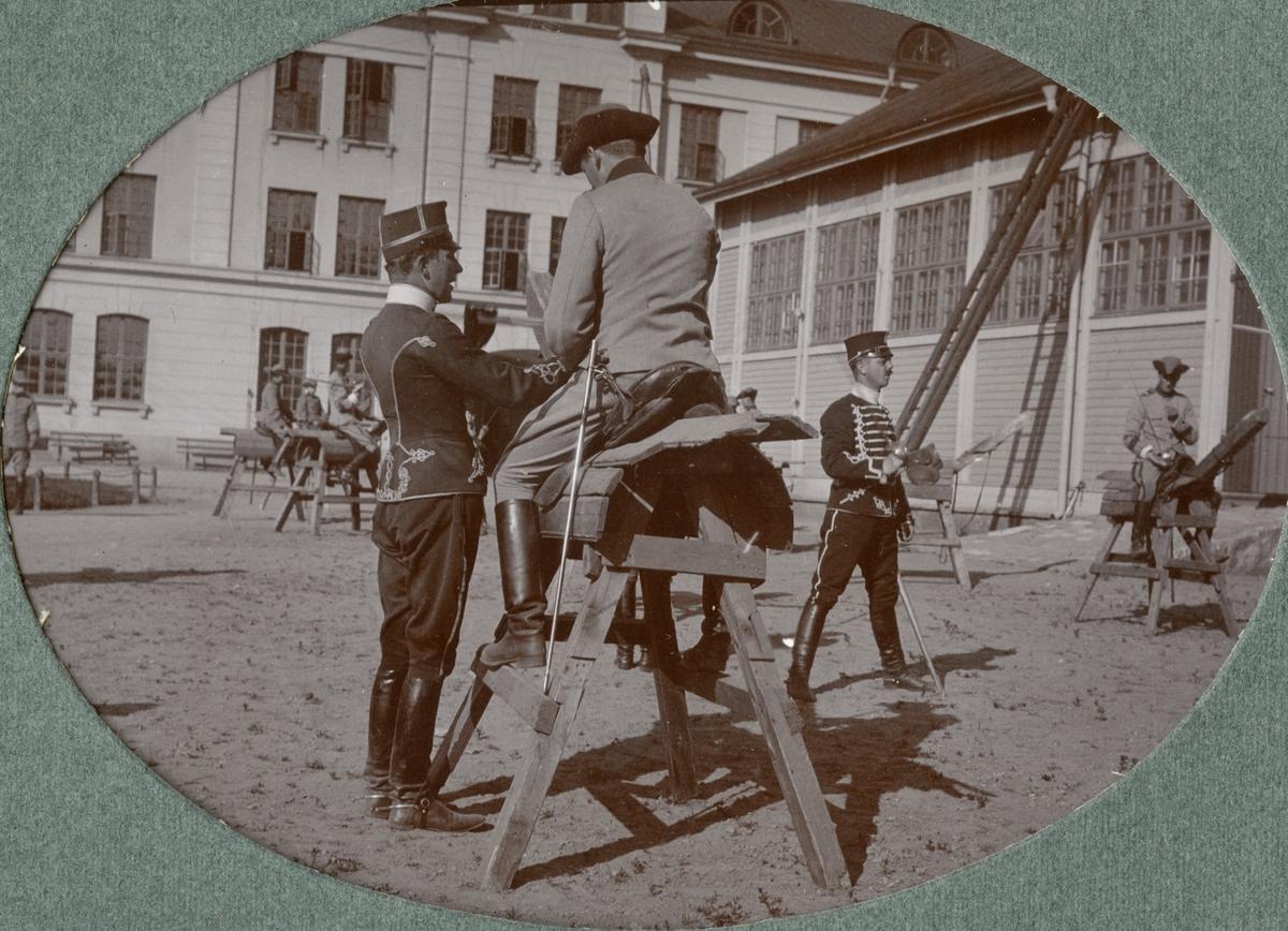 Fotoalbum innehållande bilder från tiden 1916-1918 föreställande Kronprinsens husarregemente K 7.