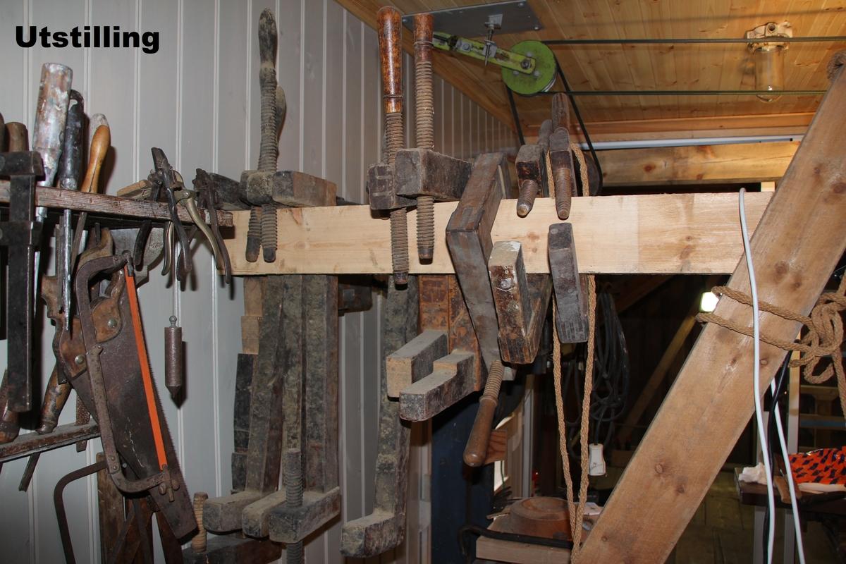 Viser snekkerverkstedet i drift med remmer (drivverk) og utstyr.