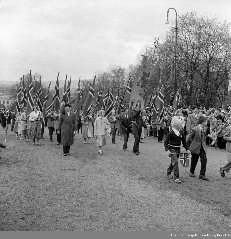 Barnetoget. 17. mai 1957. Fanen til Hersleb Skole. .