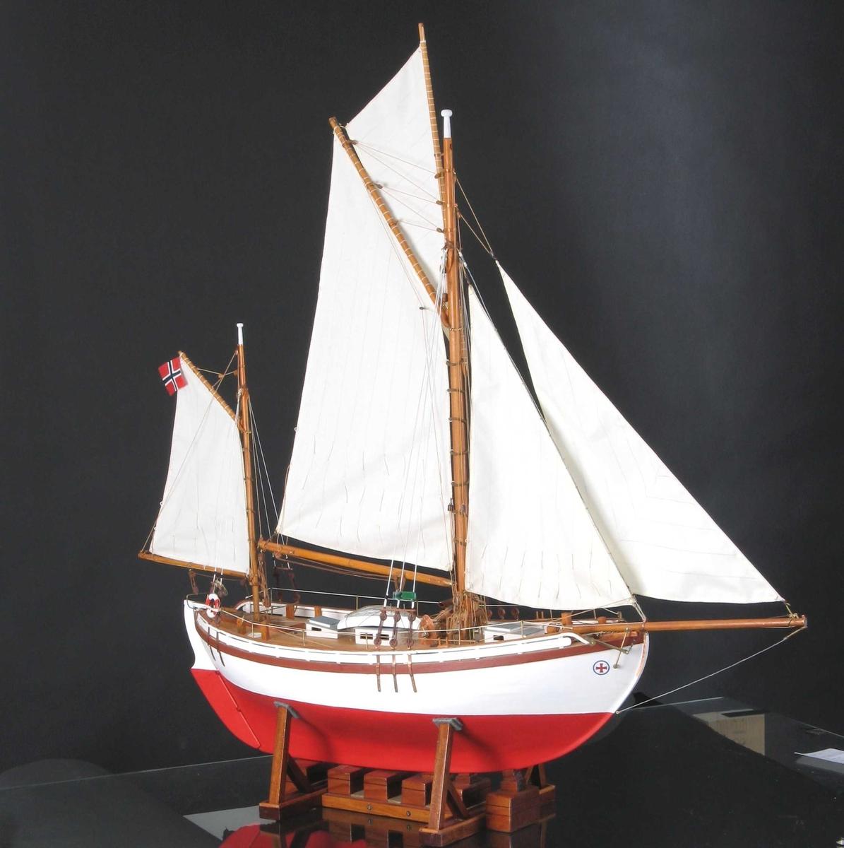 Modellen er bygd av bordganger på spant, etter Archers originaltegning   Seil: Klyver, fokk, storseil m/gaffel, toppseil m/rå, mesanmast m/gaffel-