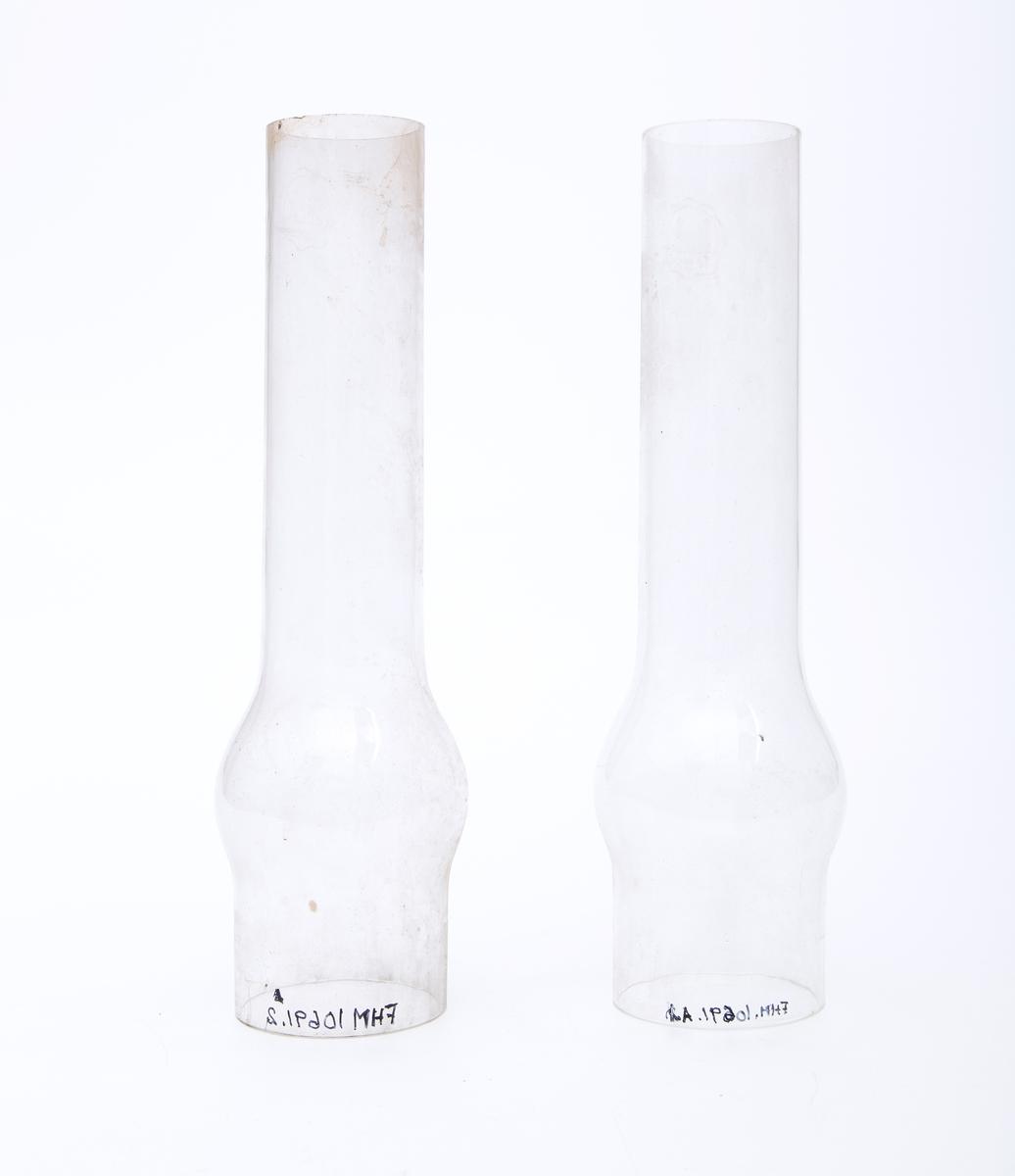 Lampeglass til prafinlampe i pappemballasje. Rest av prislapp som tolkes som Kr 25 og Kr 40 for to glass
