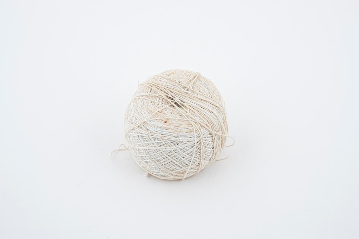 En nøste med hvit tråd.