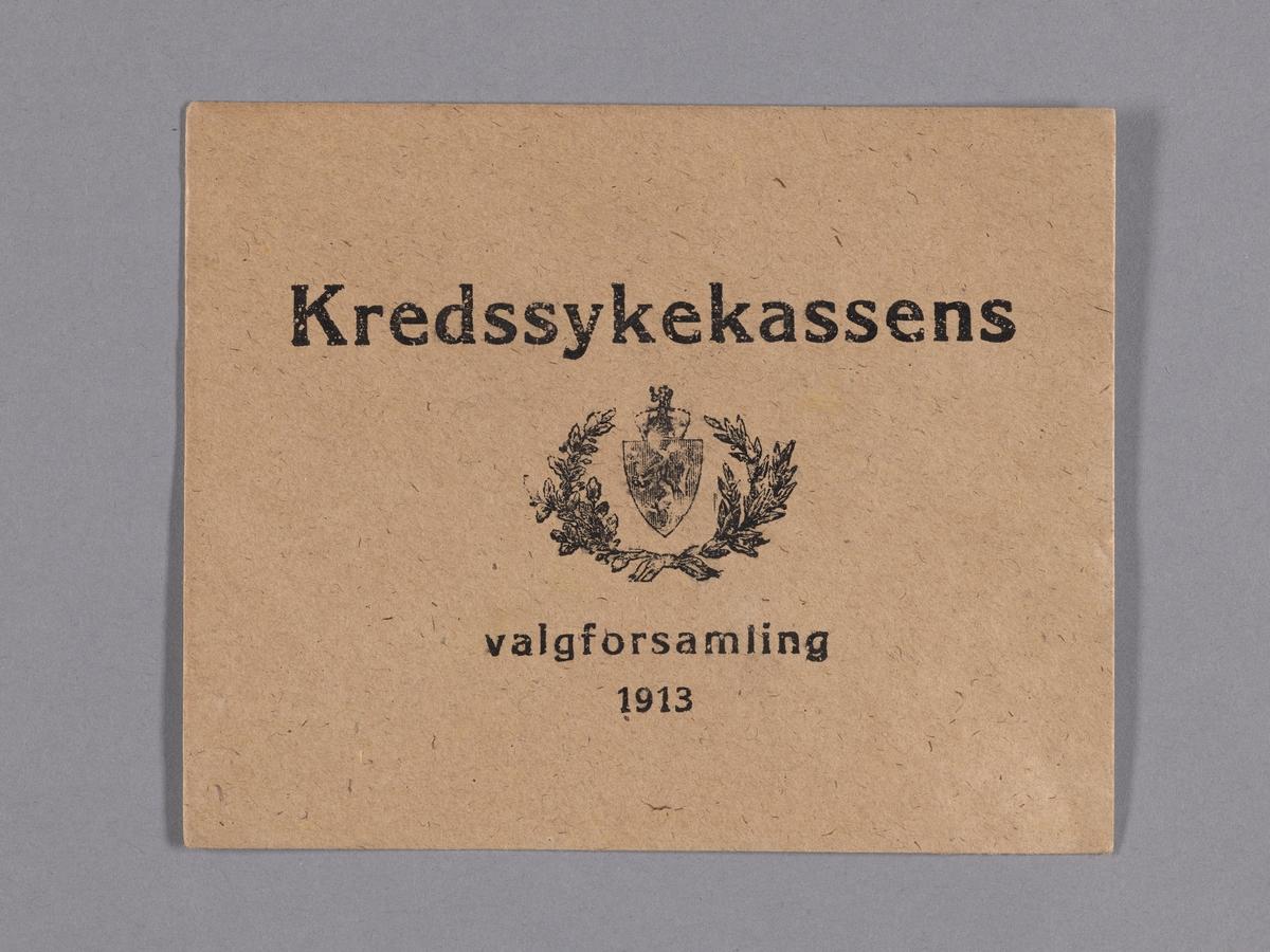 Norges riksvåpen med en løve som holder en øks og en krone over. I en bue som omkranser riksvåpenet er blader som er knytt sammen med en sløyfe.