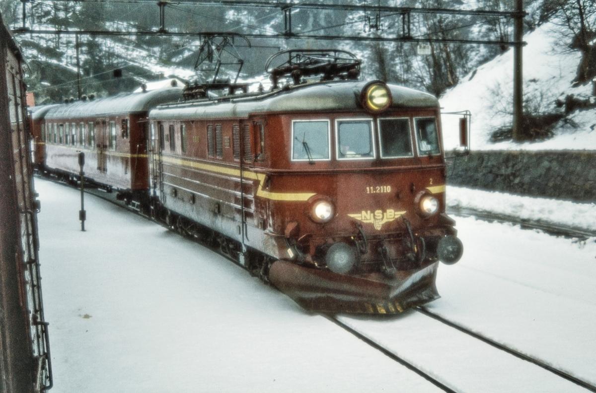 Elektrisk lokomotiv El 11 2110 med persontog til Gjøvik på Roa stasjon