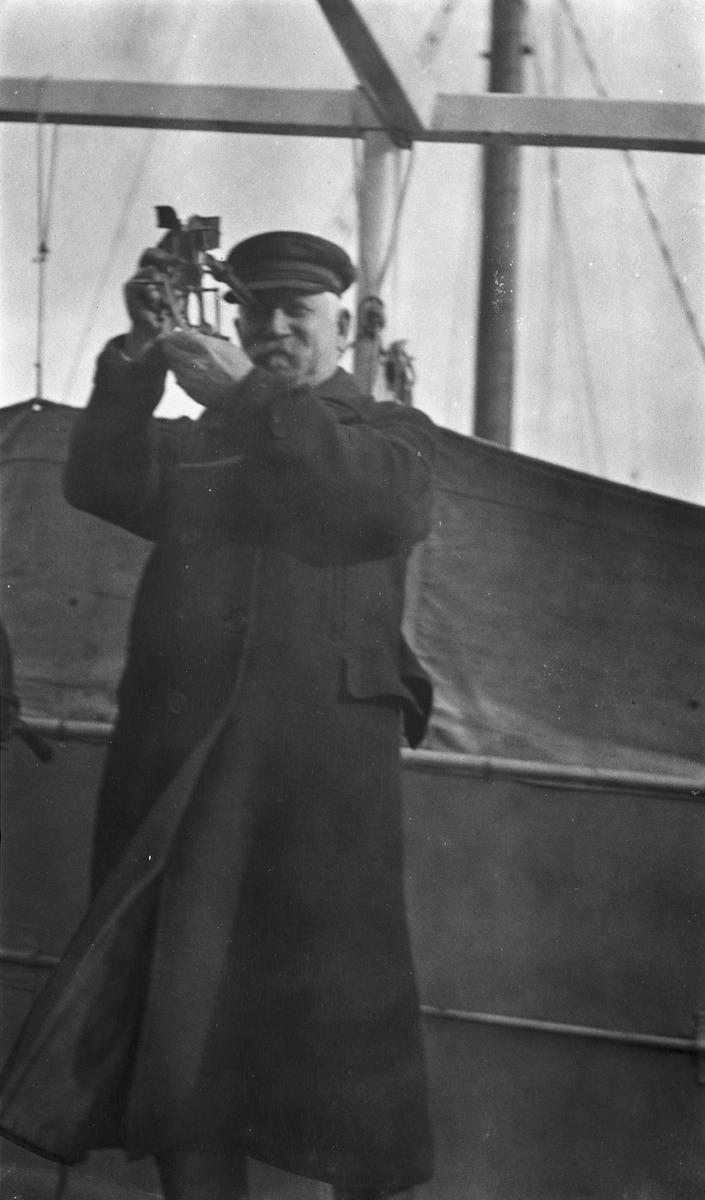 Kaptein Gustav Waage tar ut kurs med sekstant om bord på DS STORFOND.