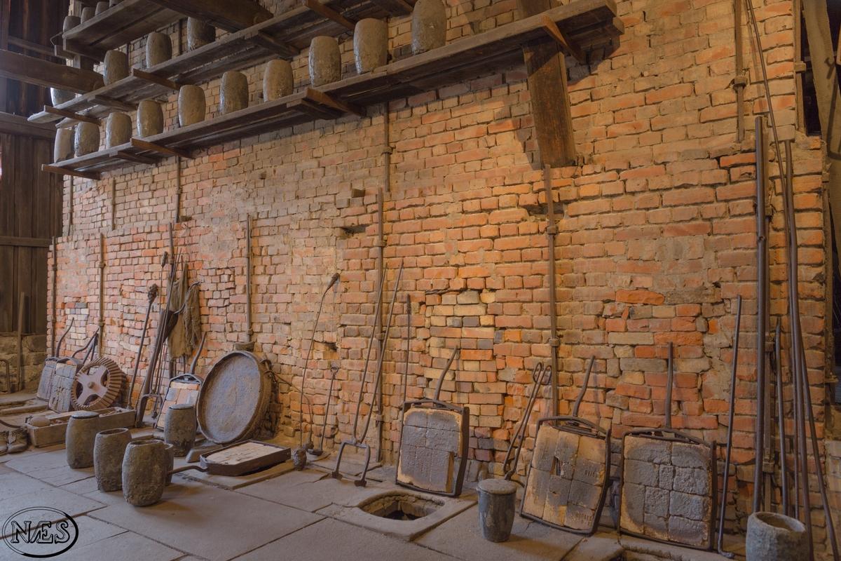 Bygget er oppført som et produksjonslokale. Oppført i tre, bindingsverk, og med innslag av utmurt bindingsverk og yttervegger reist med slaggstein Bygget har trolig endret form opp gjennom årene i takt med bruk og utvikling i stålproduksjonen. Hjertet av bygget, slik det fremstår idag, og trolig slik det har vært. Er rundt den store rektangulærer pipen, bygd med teglstein, som strekker seg fra hvelvet og fyrkammerene/ ovnene i kjelleren opp gjennom gulvet til produksjonslokalet og videre over tak. Takkonstruksjonen kan benevnes som pulttak. Ytterveggene er kledd med stående tømmermannspanel.