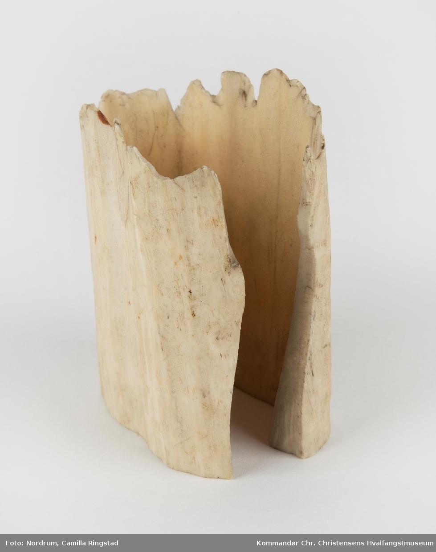 Form: Serviettringformet. En side åpen