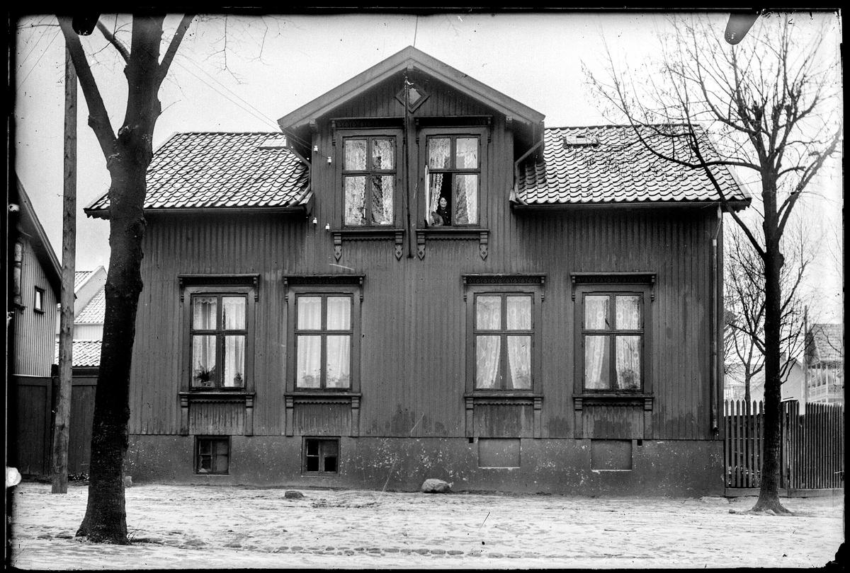 Løkkegata 17a  i Moss. Husene i bakgrunnen på høyre side kan være Fridtjof Nansensgate 11 og 13. Huset eller husene i bakgrunnen på venstre side kan være Byfogd Sandbergs gate 20 og 22 som ligger helt i hverandre. De to gjenmurte vinduene i grunnmuren er identisk med dagens.