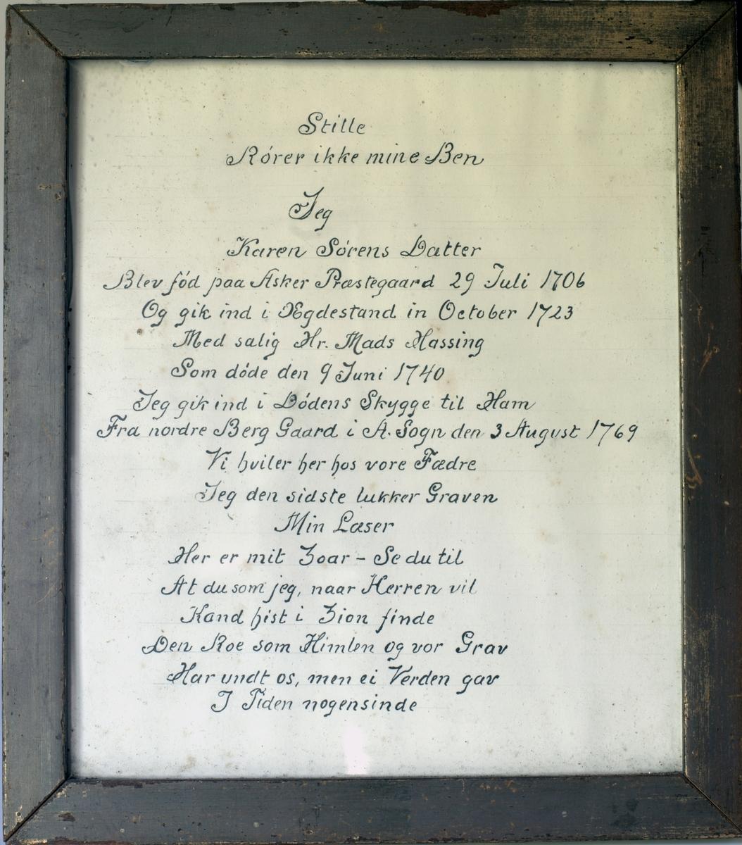 Gravskrift? Form: A) Oval messingplate med innskrift. Treramme.    B) Tekst fra messingplaten, skrevet på papir og satt i glass og ramme.