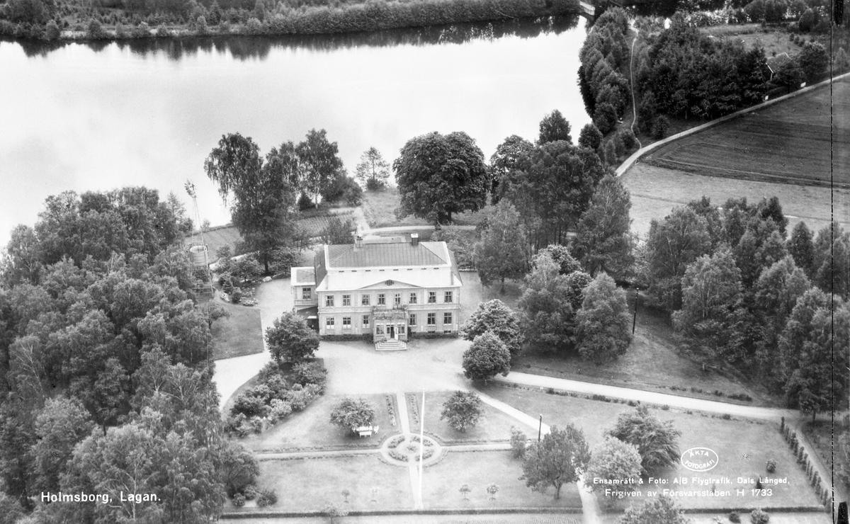 På 1760-talet och fram till 1805 fanns inom roten i Berga endast fem gårdar, nämligen Bro, Torg Norregård, Torg Södergård, samt Hulan.1911 sålde Peter Johan Danielsson en del av Hulan till Karl Erik Gerhard Holm, som byggde en stor villa uppe på backen som fick namnet Holmsborg.