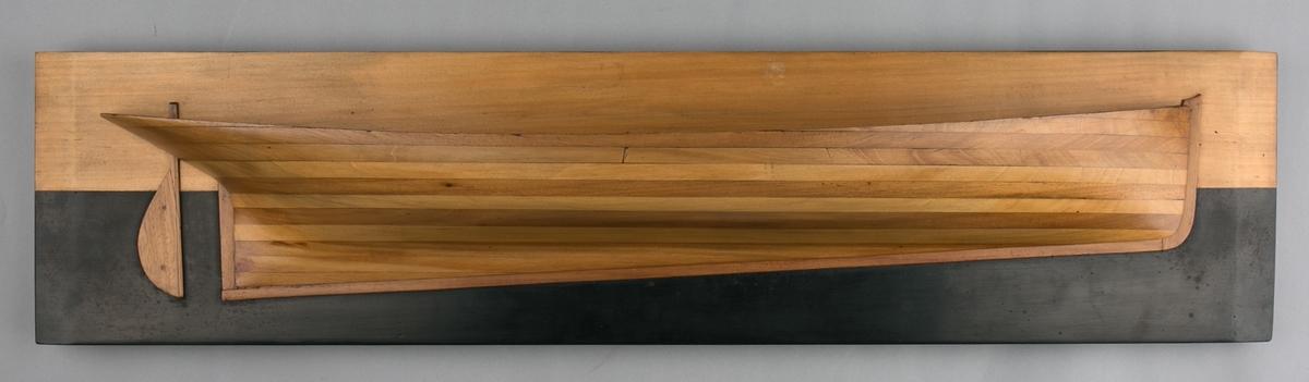 """Halvmodell av DS IDRÆT bygget av Trumphy & Co på Bradbenken i 1872 for rederiet M.G. Monsen m.fl. i Stavanger. Modell utført etter """"bread and button"""" metoden, montert på treplate."""