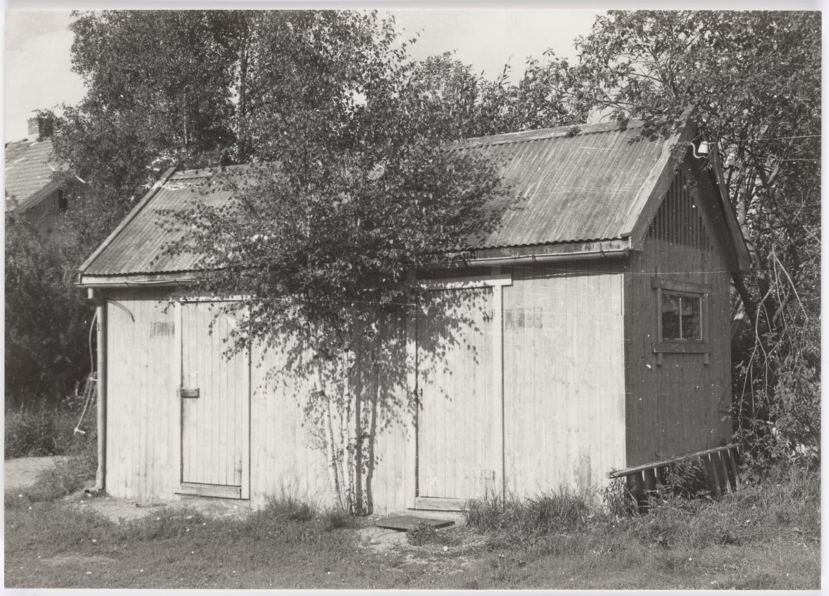 Priveten (utedoen) ved Aurskog stasjon ca. femten år etter Aurskog-Hølandbanens nedleggelse