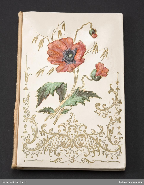 KLM 39896:1 Poesibok/minnesbok. På pärmens utsida röda vallmoblommor och sirliga ornament. Med handskrivna dikter av vänner till ägaren Judith Ljungquist. Boken daterad 1897. Dikter daterade fram till och med 1901.