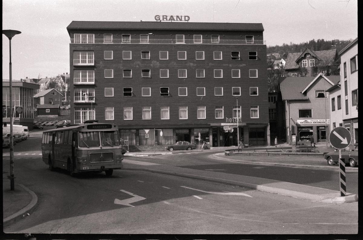 Krysset mellom Strandgata og Sjøgata. Grand hotell i bakgrunnen.