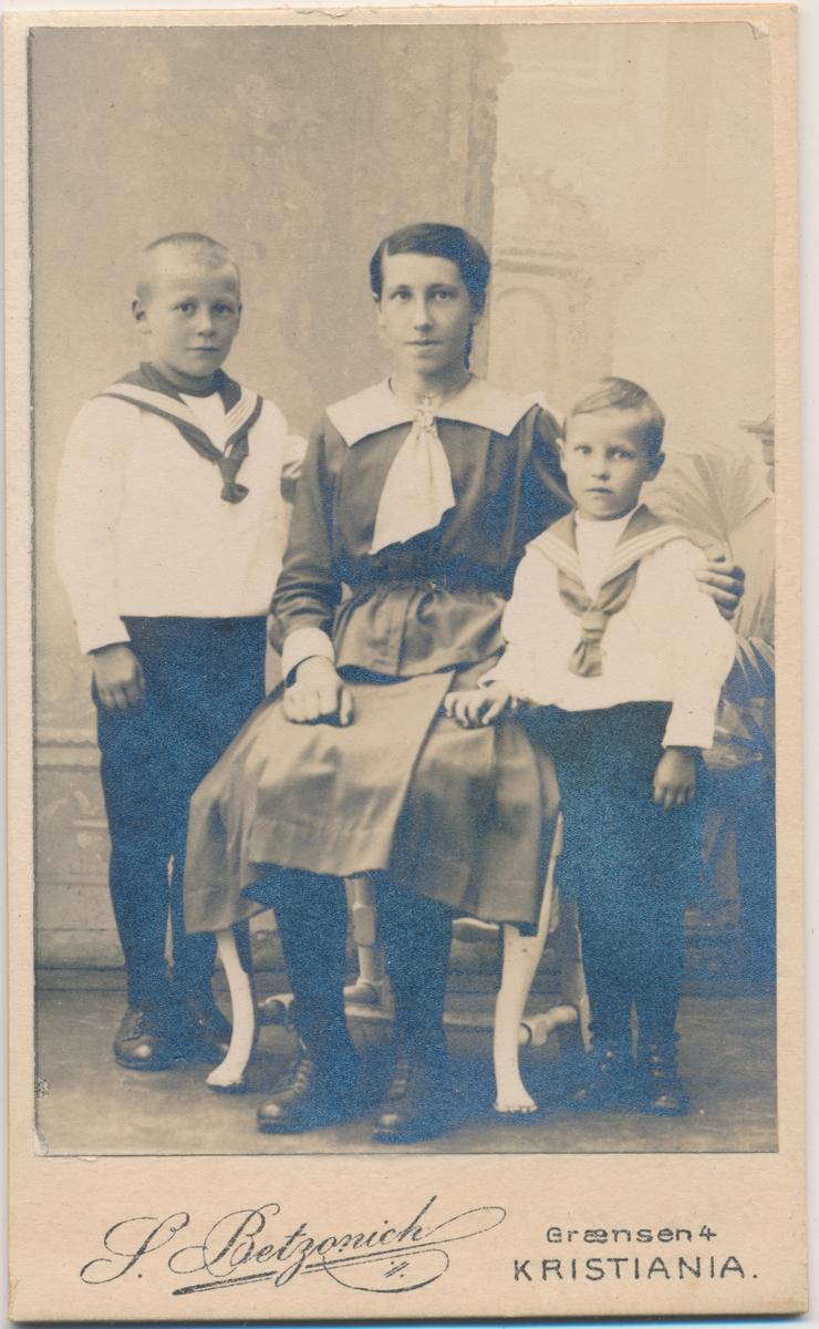 Familiefoto, to gutter og en kvinne, ukjente