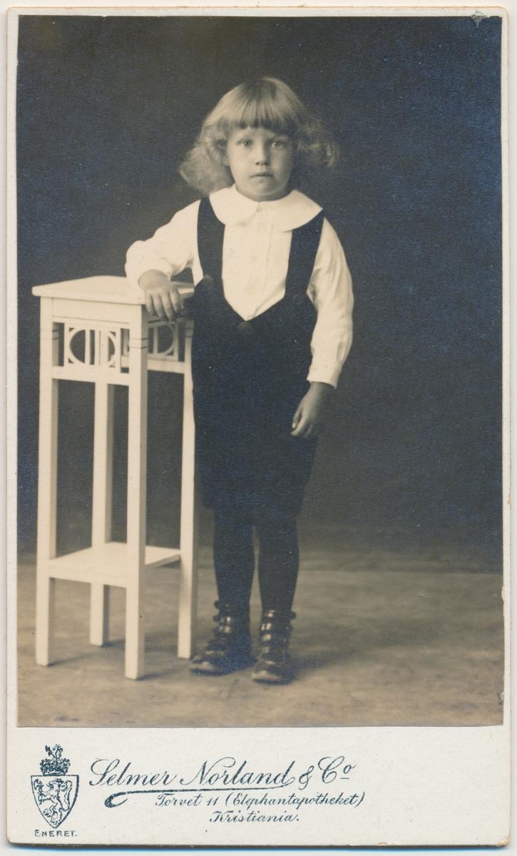 Helfigur stående liten gutt, ukjent
