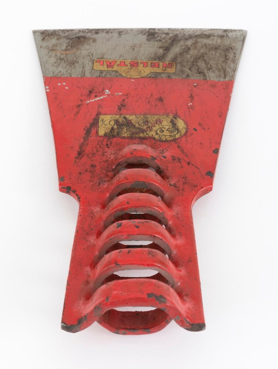 Barkespadeblad, lagd av ei drøyt 5 millimeter tjukk og cirka 22,0 centimeter lang stålplate. Egglinja er noenlunde rettlinjet og «økseslipt». Bladet er plant. Avstanden mellom egglinjas ytterpunkter er 11,5 centimeter. Bladet smalner noe oppover fra eggen. På den øvre delen av bladstålet ble det under produsjonsprosessen lagd spalter i metallet tvers av bladets midtakse i lengderetningen.  Mellomliggende metall er presset vekselvis til den ene og den andre sida, slik at det er dannet en fal for den spisst kjegleformete enden på treskaftet som barkespadebladet skulle utstyres med. Bladet er, med unntak av ei om lag 4,5 centimeter bred sone mot eggen, rødlakkert. Den ene bladsida har et produsentstempel, «AS ØYO». Dette er altså barkespademodellen «Askeladden» fra Brødrene Øyo på Geilo i Buskerud. Den er forbløffende lik den svenske «EIA-spaden» fra Edsbyns Industrier AB i Hälsingland. Hvilken av de to konkurrentene som har kopiert den andre, vet vi foreløpig ikke.