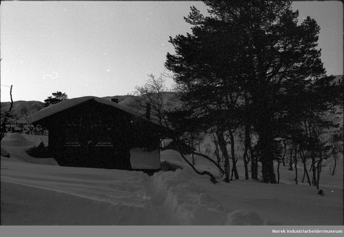 Hytte på Arabuvollen, i snøen.