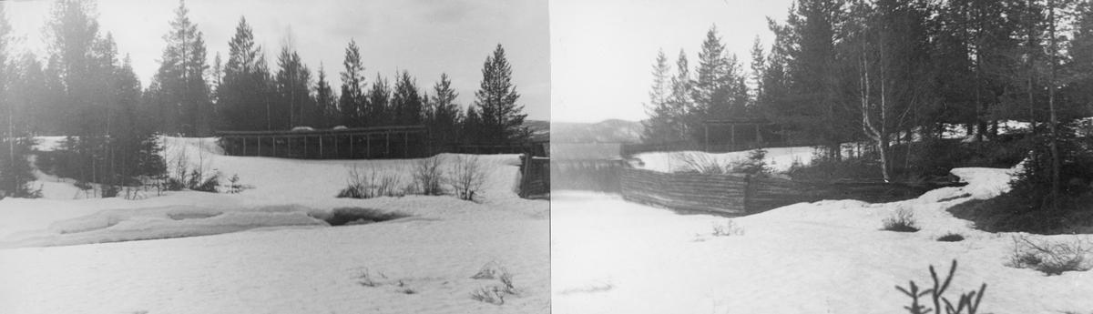 Fiskvikrokkdalsdammen i elva Rokka i Rendalen, fotografert på en seinvintersdag i 1943. Landskapet og vassdraget var ennå dekt av snø. Vi ser imidlertid skådammen som ledet inn mot damløpet som en bratt snøkant sentralt i bildet, og vi ser takoverbygget over den østre damarmen mot den glisne barskogen i bakgrunnen. Motivet inngår i et todelt opptak - jfr. SJF.1989-04651. Mer informasjon om denne fløtingsdammen finnes under fanen «Andre opplysninger».
