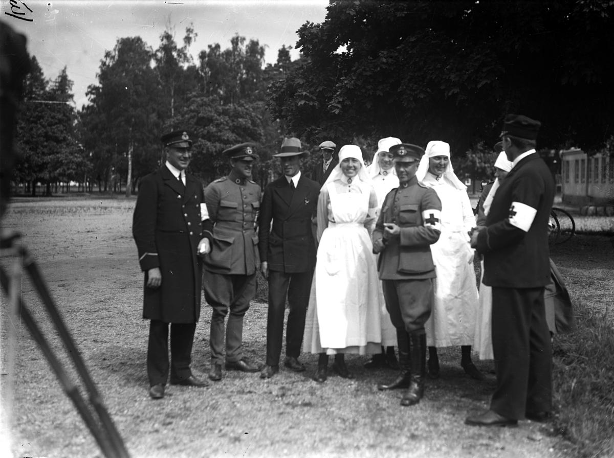 Sjukvårdare som tar emot svenskbyborna när de kom till I:12s före detta kaserner på Ryhov i Jönköping 1929.