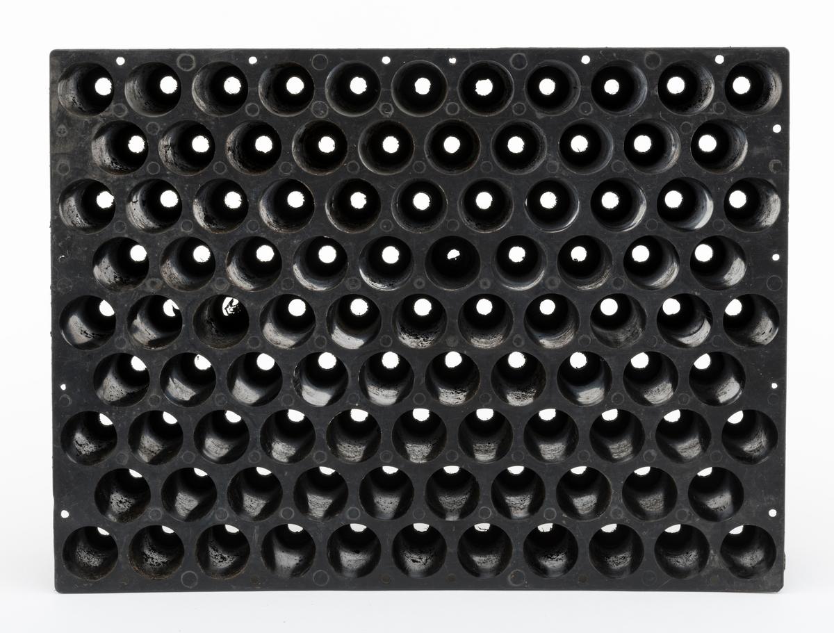 Svart plastkassett (polyetylen) med hylser for produksjon av såkalte pottebrettplanter eller pluggrotplanter. Pottebrettet er rektangulært (40 X 30 centimeter i overkant) og snaut 9 centimeter høyt. På undersida er det 9 rekker med plastpotter, 10 eller 11 enheter i annenhver rekke - til sammen 95 enheter - som er avstivet i forhold til hverandre i lengderetningen, til dels også diagonalt, av plastribber på undersida. Pottemunningene har en diameter på 3 centimeter, men smalner noe mot botnen der det er dreneringshull med 1 centimeters diameter. Disse pottehullene ble fylt med torvsubstrat og deretter tilsådd, vannet og gjødslet i pottebrettene i planteskolene.   Ved pottebrettproduksjon av skogplanter sparte man den store innsatsen planteskolemedarebeiderne tidligere hadde måttet investere i luking og prikling, og produksjonsforløpet kunne delevis foregå i veksthus, slik at vekstsesongene ble lengre. Dermed også tida det tok fra brettene ble tilsådd til plantene var leveringsklare langt på veg halveres. Alt dette innebar store rasjonaliseringsgevinsteri skogplanteproduksjonen. Dekkrotplanene fra pottebrettene hadde også fortrinn på plantefeltene i skogen: De var mindre sårbare for tørkeskader enn barrotplantene og de var framfor alt langt enklere å plante med hullpipe som arbeidsredskap enn med hakke. Akershus skogselskaps planteskole på Furusmo i Ullensaker la om til pottebrettproduksjon i 1972. Deretter fulgte mange av de andre planteskolene raskt etter, sjøl om ingen gav opp barrotproduksjonen umiddelbart.
