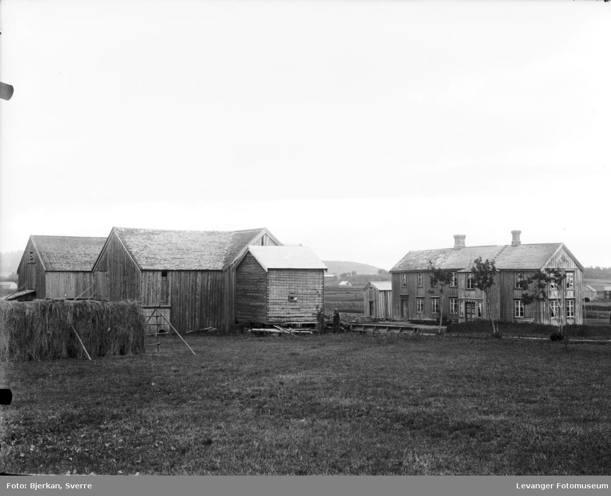 Gårdbruk med våningshus og uthus
