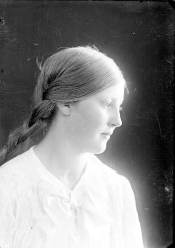 Porträtt av okänd ung kvinna, bröstbild i profil.
