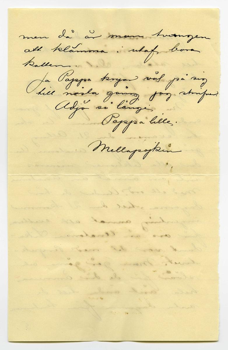 """Brev 1901-05-06 från John Bauer till Joseph Bauer, bestående av sex sidor skrivna på fram- och baksidan av två vikta pappersark. Huvudsaklig skrift handskriven med svart bläck. . BREVAVSKRIFT: . [Sida 1] Stockholm den 6/5 1901 Snälle Pappa! Så roligt att pappa känner sig så kry efter opera tionen Jag hade ingen aning om att Pappa försämrats så betydligt på sista tiden, att en ny operation var nödvändig. Men nu är ju allt lyck- ligt och väl öfverståndet, och Pappa mår ju bra, och känner sig kry, och är ju redan uppe och går. Jag har bara fått glada nyheter, allt sedan opera- tionsdagen, så nu skall väl 1. . [Sida 2] Pappa bli bra ordentligt Jag skulle ha skrifvet till Pappa för länge sedan, men var dum nog, att inte genast begripa adressen, utan skref därför först hem. Jag kände mig så dum nu när jag fick Hjalmars bref- kort med att """"Adressen na- turligtvis endast är Lasarettet"""". Är det mycke långsamt för Pappa, ensam som Pappa är? Jag tycker Pappa skulle ha en telefonapparat så att Pappa då och då kunde tala med dem där hemma Men de äro ju rätt ofta ute hos Pappa, och det dröjer väl inte så länge innan Pappa får komma hem 2. . [Sida 3] Här har nu en längre tid varit det alra härligaste vår- väder Pappa kan tänka sig. Sol från klar [inskrivet: m] himmel hela dagarna igenom ända tills i går då här snöade rätt bra på morgonen. Här håller i alla fall på att löfvas allt hvad det hinner. Det ligger re- dan en lätt ljusgrön ton öfver träden i parkerna. Valborgsmässoafton var det som vanligt fäst på Skansen Alla människor skulle dit ut. Jag var naturligtvis där ock- så i sällskap med en klunga  Akademister. Hela strandvägen var en oafbruten ström af män niskor. Droska vid droska full- packade på ena sidan, och en . [Sida 4] likadan rad med tomma på andra sidan, som körde för att hämta mera folk. Men så var det också fullpackat där uppe på Skansen. Hvart man skulle gå fick man tränga sig fram genom folk massorna. Fru Lindström träffade jag, och hon hade rys- ligt svårt för a"""