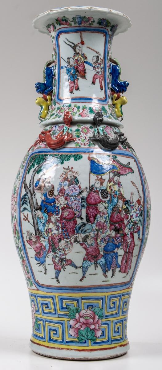 Urna, japansk. Polykrom dekor med pålagda figurer. 1700-talets början.