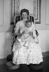 Anna Bonde och sonen Carl Philip