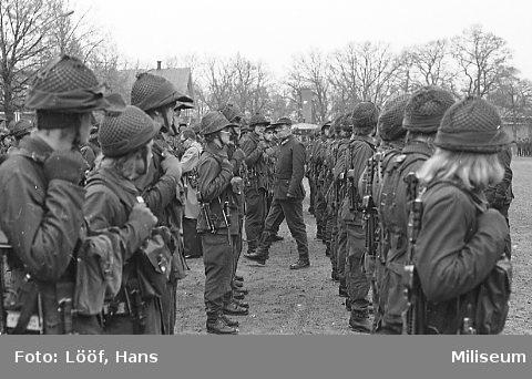 Militärbefälhavaren generallöjtnant Holm inspekterar A 6.