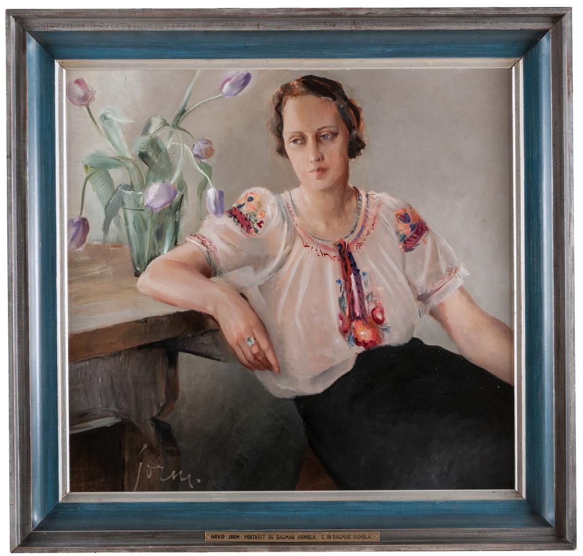 Porträtt av Dagmar Humbla, hustru till Gävle museums förste chef Philibert Humbla. Troligen avbildad i parets tjänstelägenhet i Gävle museum.