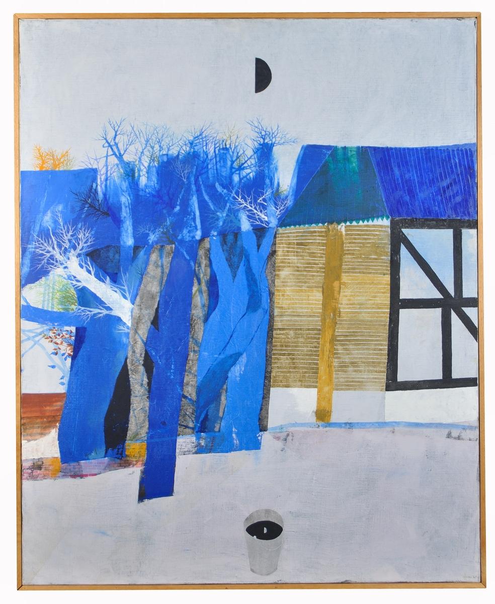 """Oljemålning på duk, """"Spegling"""". Signerad Alfons 67. II bildens mittplan ss en skånsk gårdslänga med korsvirkeshus och en samling pilträd. På gårdsplanen i förgrunden  står en vattenhink i vilken månens bild återspeglas."""