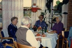 Fikastund i Brattåsgårdens café där girlanger hänger i taket