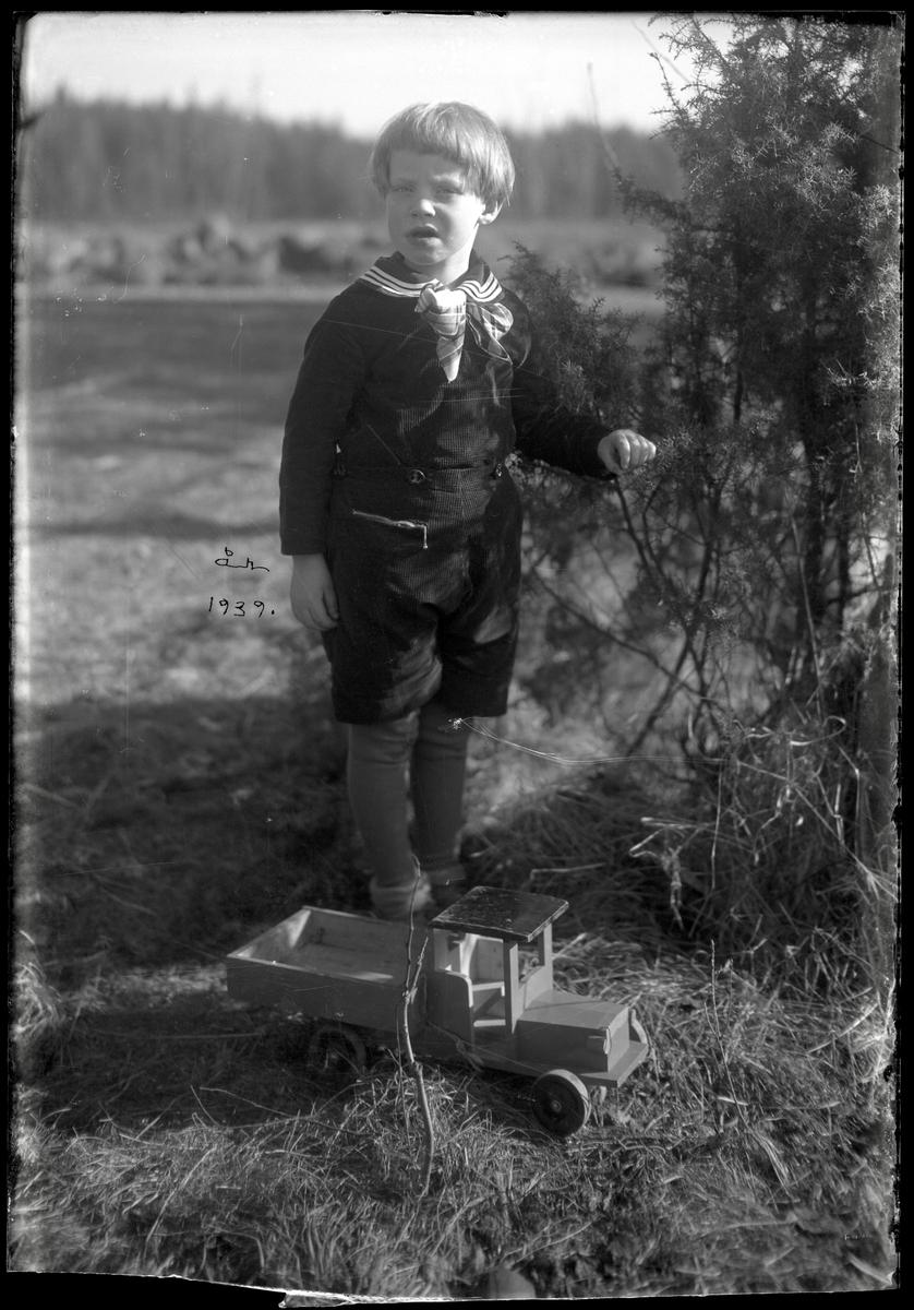 Pojke med leksaksbil