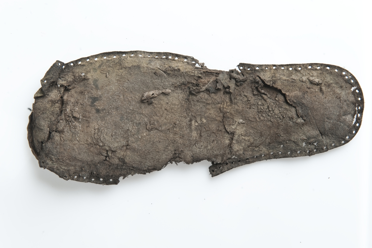 Sko bestående av ett antal större och mindre fragment. K 1331.