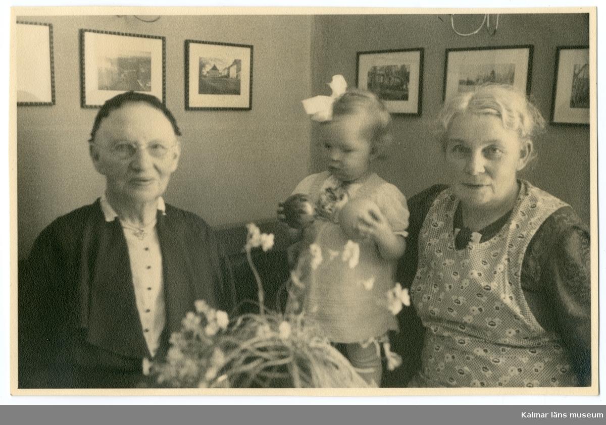 Grupporträtt föreställande Anna Charlotta Petersson, Ellen Barbro Gothefors och Anna Severina Petersson.