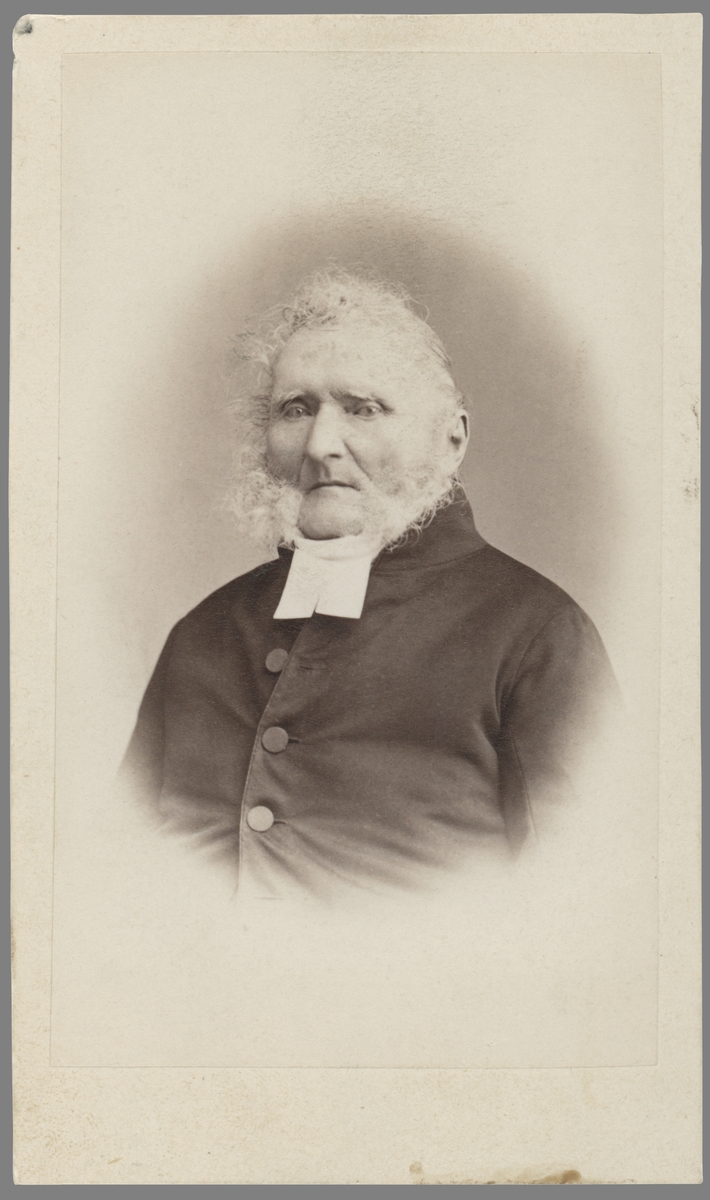 Porträtt av komminster Bengt Ekbom. Född i Västra Harg 1793 kom han från 1833 att inneha tjänsten i Kaga församling och från 1849 densamma i Borg och Löt. Från 1844 gift med Charlotta Egnell, bördig från Vreta kloster.