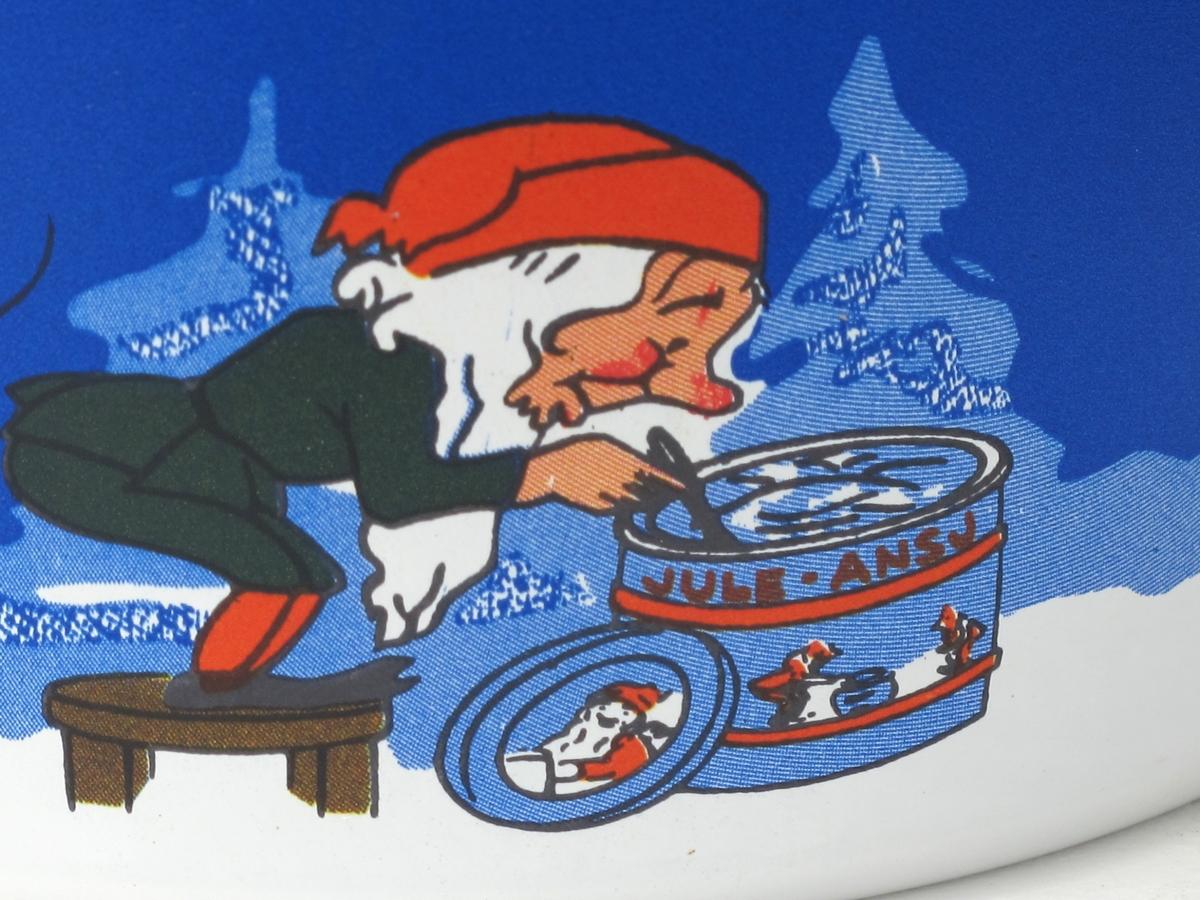 Mange nisser i snø og skog. Lysestake, juletre, ansjosboks.